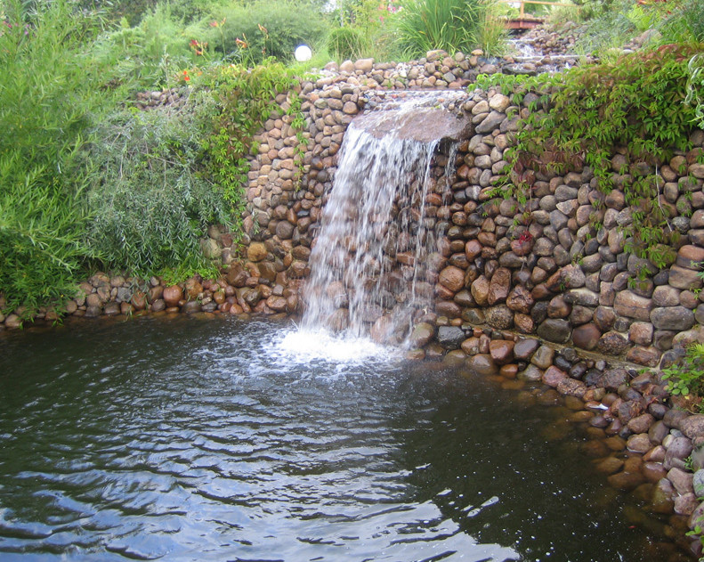 Diy outdoor pond waterfall pool design ideas for Backyard pond ideas with waterfall