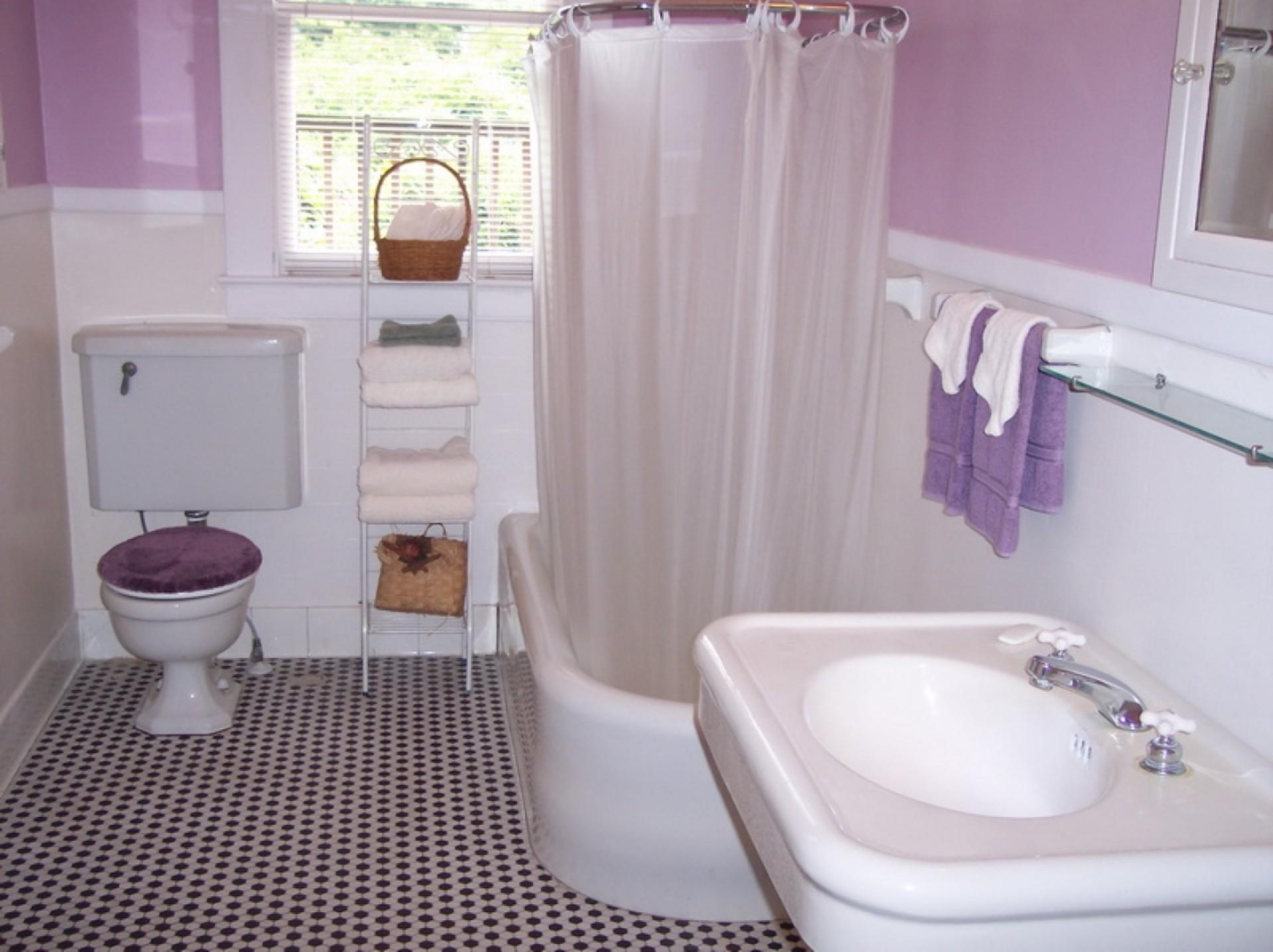 How to Refinish a Fiberglass Bathtub