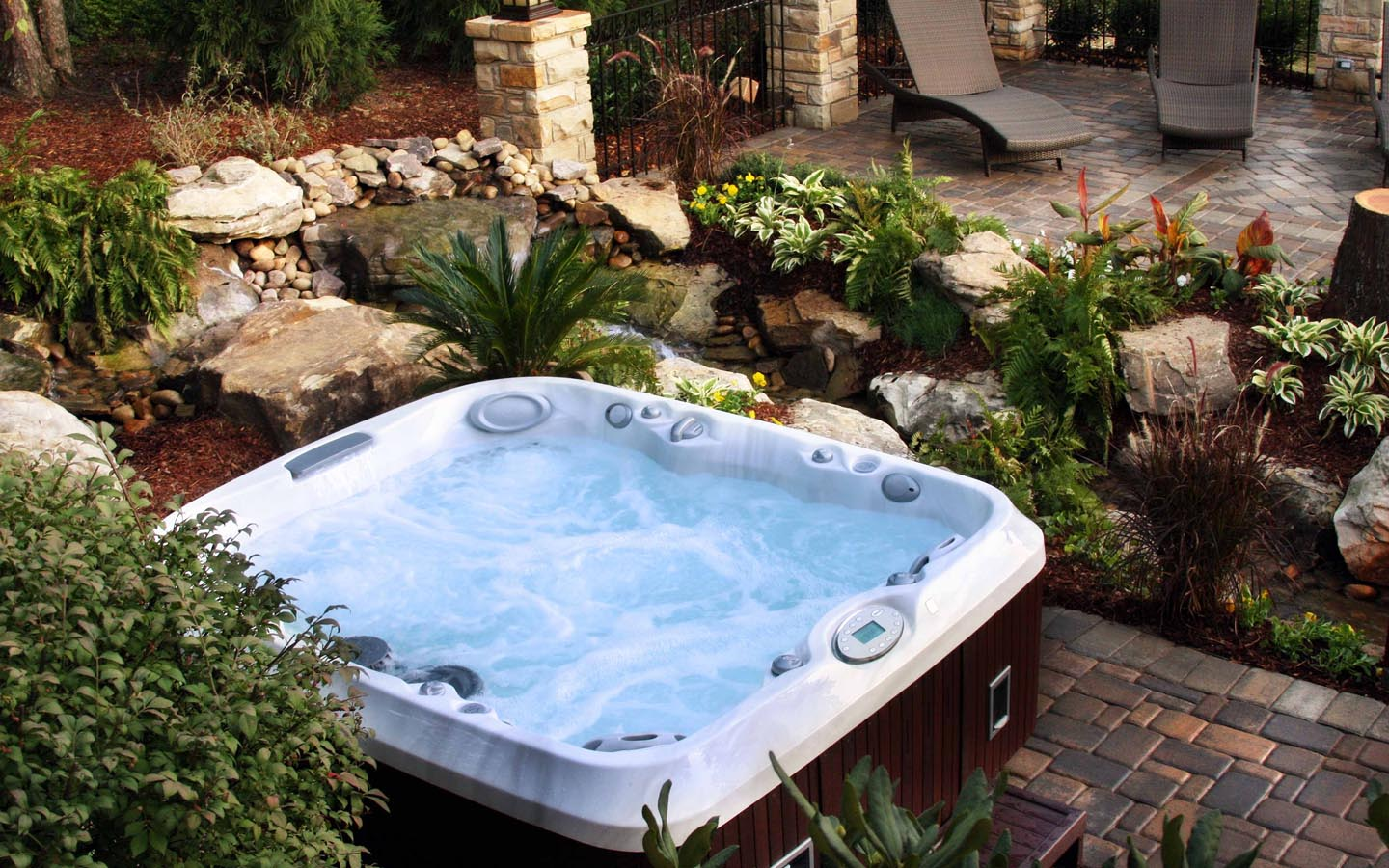 Outdoor jacuzzi hot tubs and what you should know about for Pool design with hot tub